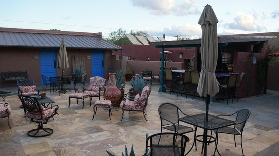 Poston House Inn: courtyard area