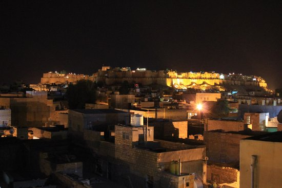 Hotel Pleasant Haveli: Fort by night