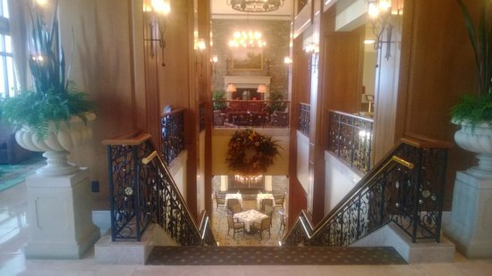 The Inn on Biltmore Estate : The staircase from the lobby to the dining room
