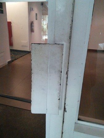 Riande Aeropuerto: 4 star hotel - and dirty doors???