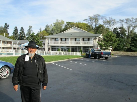 Quality Inn Gettysburg Battlefield: Leroy on the Hotel grounds ready to start the day.