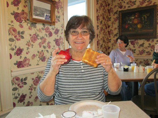 Quality Inn Gettysburg Battlefield: Elena having breakfast to start our day.