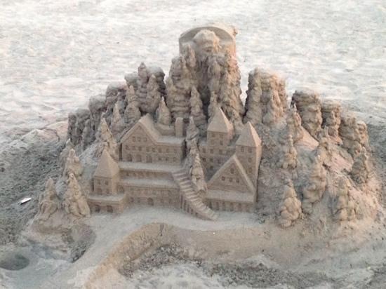 Hotel del Coronado: Neat sand castle on the beach by the hotel.