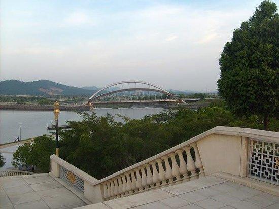 Putrajaya Lake : Вид с декоративного моста