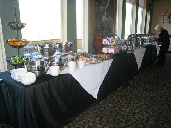 Alpenglow Restaurant- Grande Denali Lodge : Alpenglow Breakfast Bar