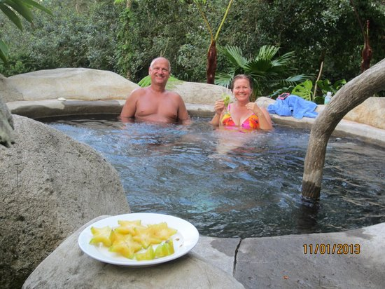 Hotel El Silencio del Campo: Friends eating starfruit we picked there, in their hot springs