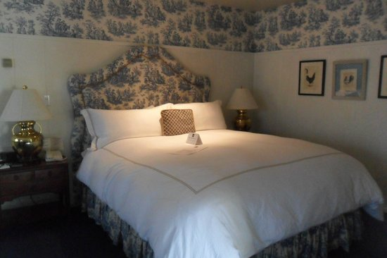 Wayside Inn: Bed and Room Decor (: