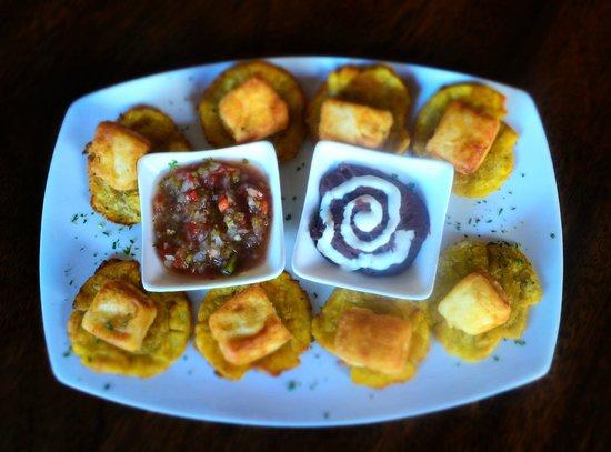 Chakana Bar Restaurante Nica Perú: Deliciosos tostones con queso acompañados de frijoles y pico de gallo