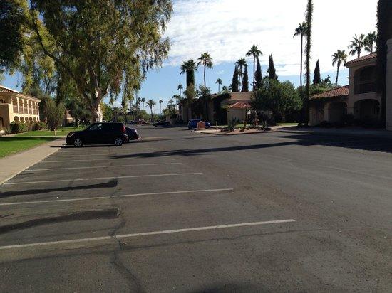 Scottsdale Plaza Resort: Plenty of parking.