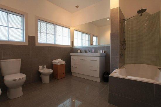Brantome Villa : King Lakeview Suite, Bathroom