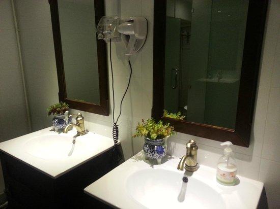 Adler Hostel: Clean Bathroom
