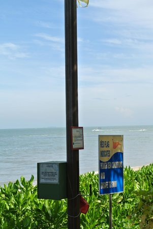 PARKROYAL Penang Resort, Malaysia: emergency kits near beach steps