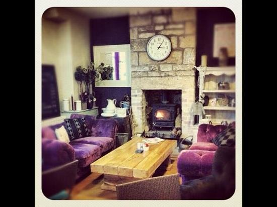 Tomlinson's Cafe & Bunkhouse: Contemporary and comfortable guest lounge