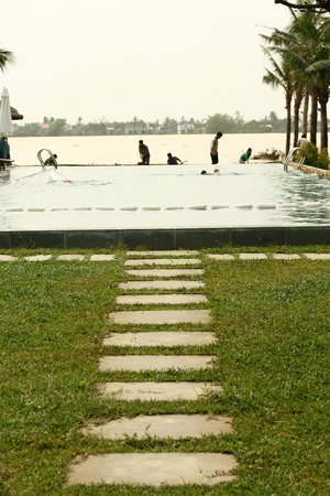 Vinh Hung Emerald Resort: River-view pool