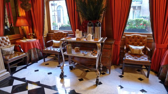 The Chesterfield Mayfair: Lobby with morning coffee and breads