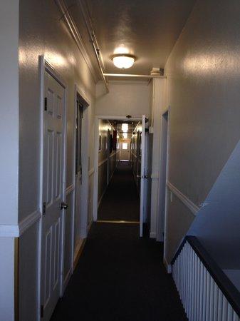 Venice Beach Suites & Hotel: View down hallway
