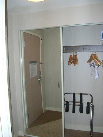 Sheraton Cleveland Airport Hotel: closet