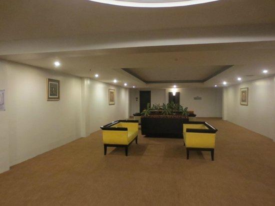 Hotel Novotel Batam: Hallway to rooms