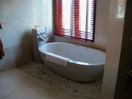 Furama Resort Danang: Tub in master bedroom