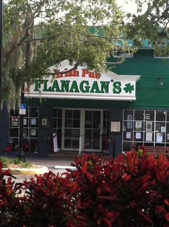Flanagans Irish Pub: Small Irish pub - exactly what you hope to find in a Gaelic community!