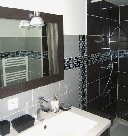 Le Clos Albertine : salle de bain chambre ville