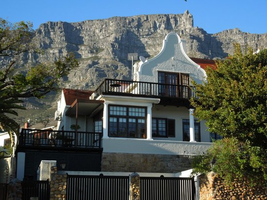 Rutland Lodge : Façade depuis la rue. Table Mountain en arrière plan.