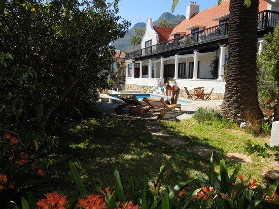 Rutland Lodge: Façade côté jardin et piscine.