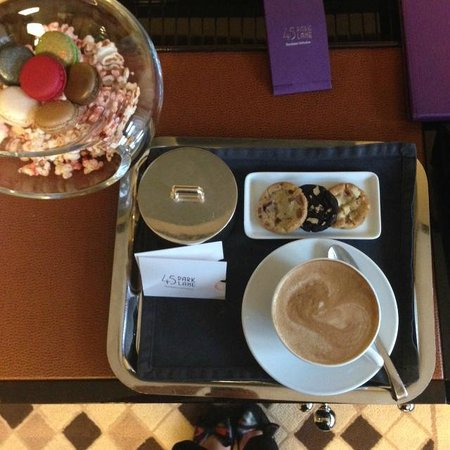 45 Park Lane - Dorchester Collection : Coffee in room