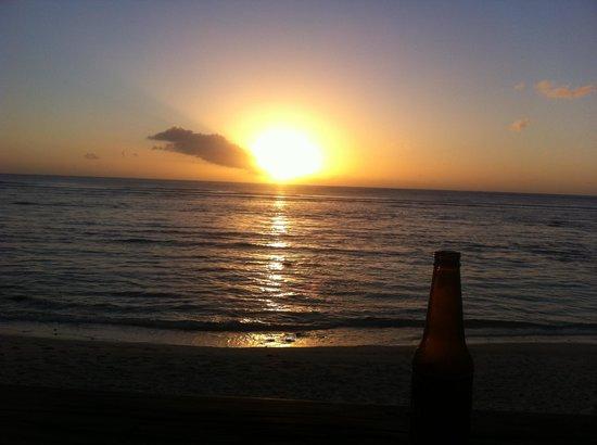 Castaway Resort: sunset from wilsons beach bar