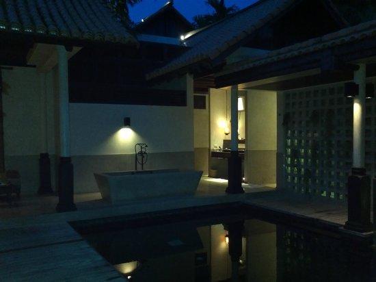 Le Meridien Koh Samui Resort & Spa: Pool area at night
