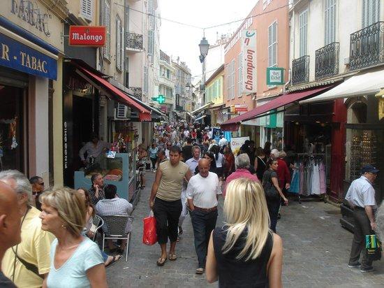 Rue d'Antibes: atiborrada por momentos !!!