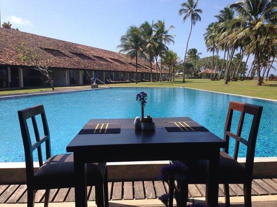 AVANI Bentota Resort & Spa: Table beside the swimming pool