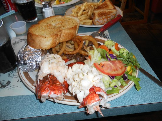 Smiles Seafood Cafe: le fameux Surf and Turf --  Excellent  --