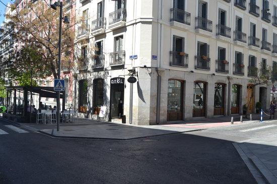a.n.E.l: Fachada del local, al lado de la embajada francesa