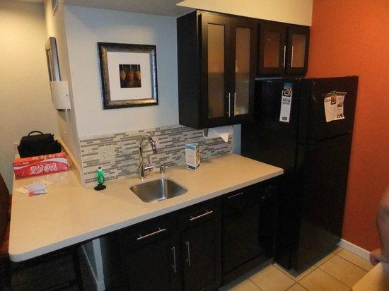 Staybridge Suites San Francisco Airport: Sink and fridge in kitchen area.