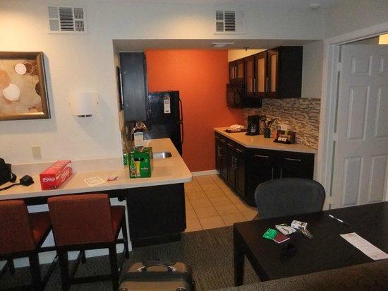 Staybridge Suites San Francisco Airport: Huge kitchen area.