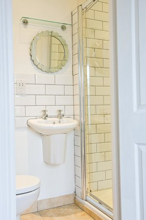 Russell's: En-suite bathroom