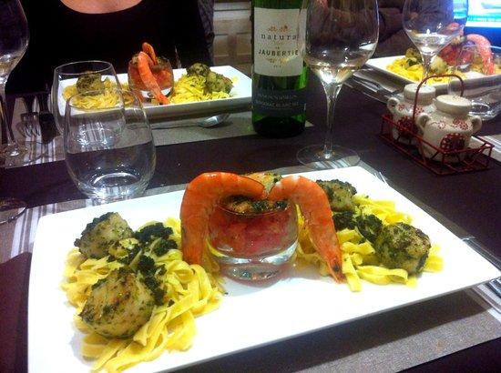 Domaine des Eymaries : Au menu de la table d'hôtes: St Jacques fraîches et gambas au pistou sur lit de pâtes fraîches e