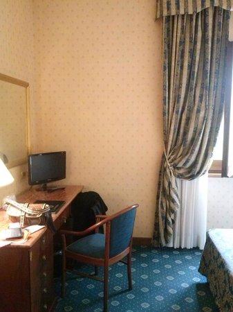Cilicia Hotel : scrivania camera