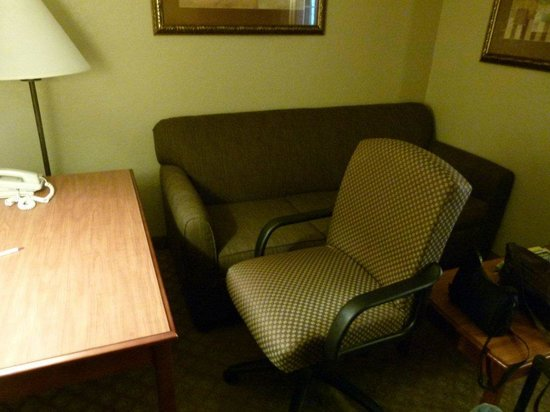 Comfort Suites Near Seaworld: Too much furniture.