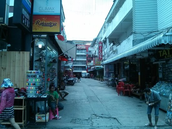Rico's Hotel : Narrow street to Rico's from Bangla Road