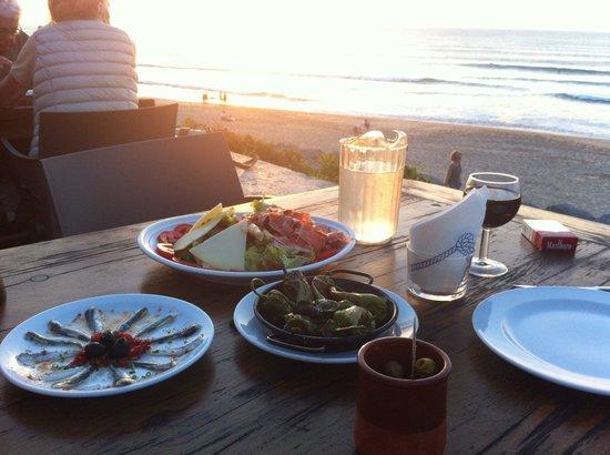 La Plancha : Délicieuse salade, anchois et pimientos devant coucher de soleil