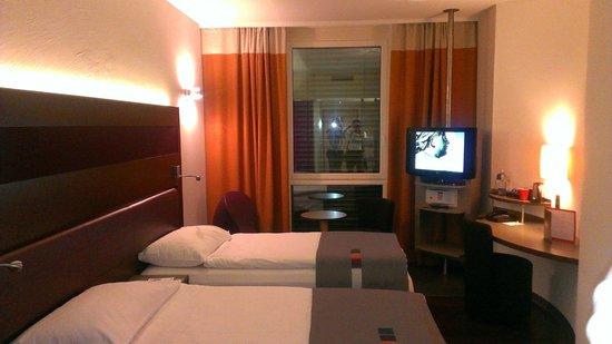 Park Inn by Radisson Zurich Airport : номер небольшой, но уютный