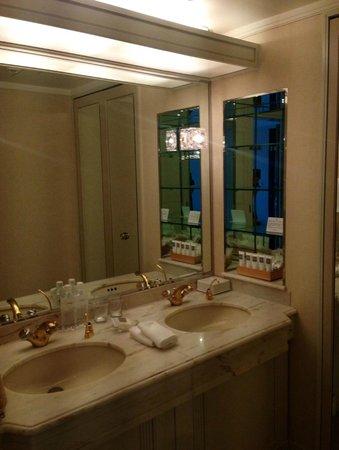 Swissotel Nankai Osaka: 2 sinks with a large mirror