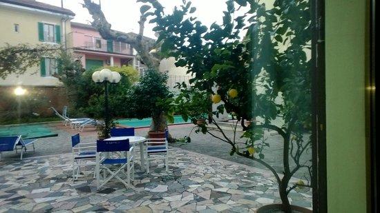 Hotel Cappelli: У бассейна во внутреннем дворике отеля