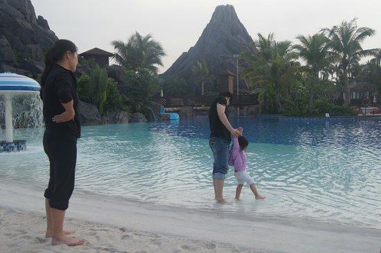 Mission Hills Resort Haikou: Outdoor pool side & beach