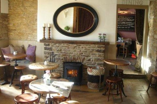 The Bell at Stow: Cosy in the winter - real ales, chilled Champagne and wines, open all day