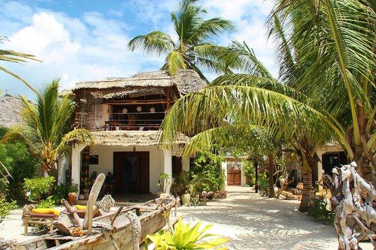 Mango Beachhouse: Kiddos Cafe und unser Zimmer im Erdgeschoss
