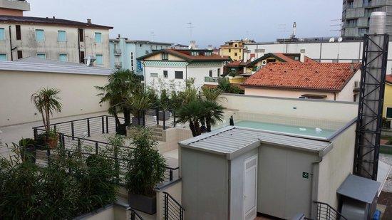 Eden Hotel: Vues Piscine sur toit de L'hôtel