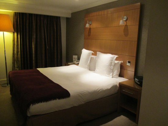 The Park City Grand Plaza Kensington Hotel: Very comfortable bed with upscale bedding.